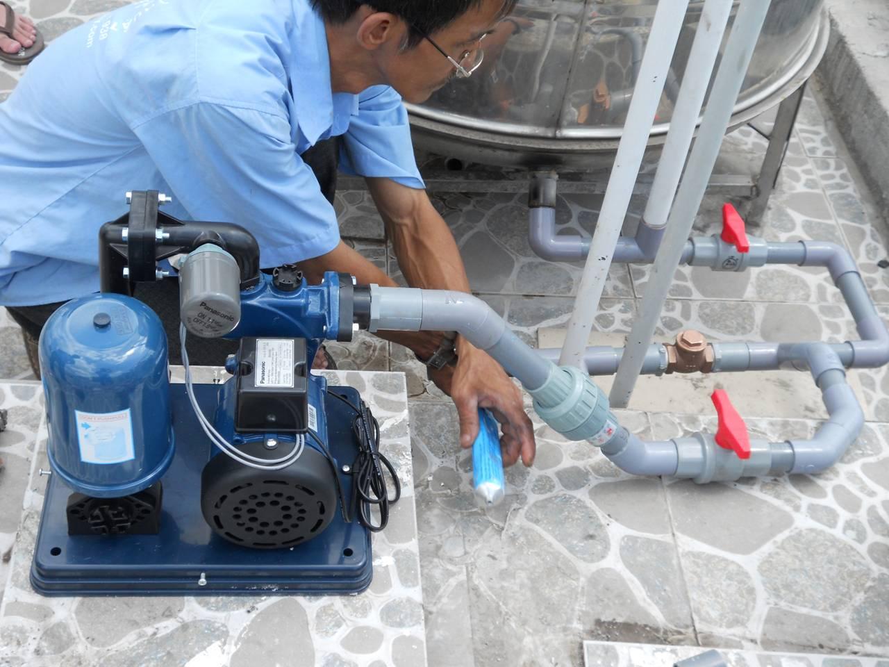 Lắp đường ống nước phù hợp với đường ống ra của máy bơm