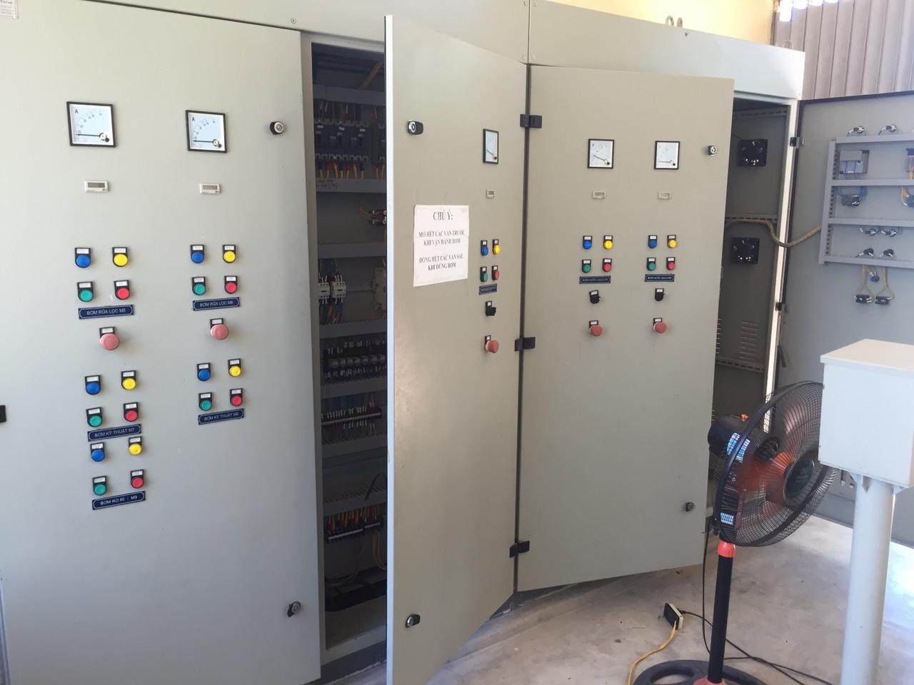 Tủ điện điều khiển máy bơm.